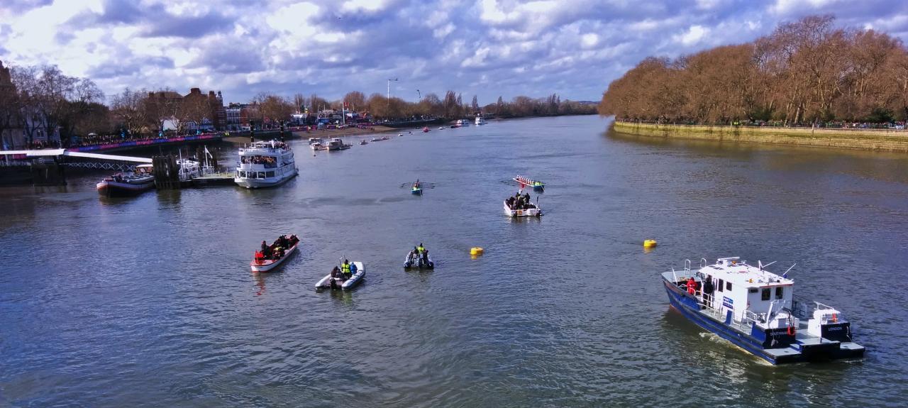 オックスフォード大学対ケンブリッジ大学のボート・レースのスタート地点であるパットニー・ブリッジからの眺め