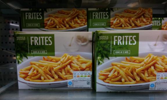 ロンドンのスーパー Marks & Spencer で、細長いフライド・ポテトは frites として販売されていた。