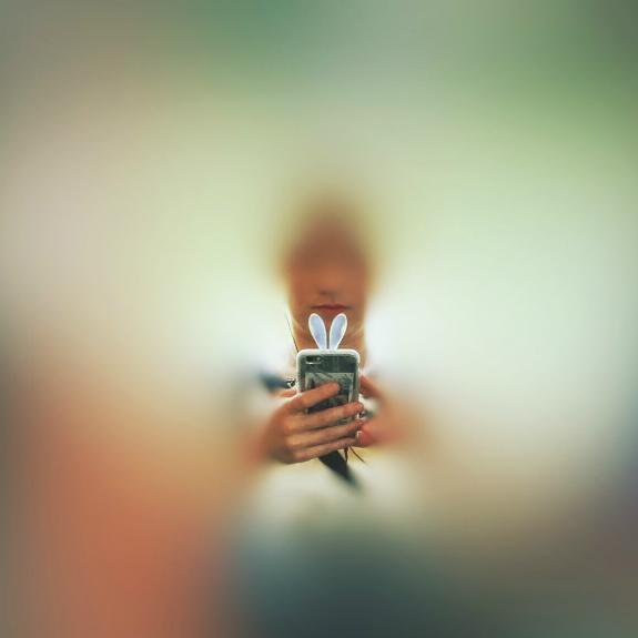 スマートフォン用うさぎ耳。ロンドンにて2016年8月16日撮影。