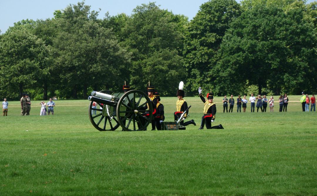 【写真】2018年6月11日、エディンバラ公の97歳の誕生日を祝う祝砲が41発ロンドン中心部にあるハイド・パークで撃たれた【11】王立騎馬砲兵・国王中隊の砲手が位置につく