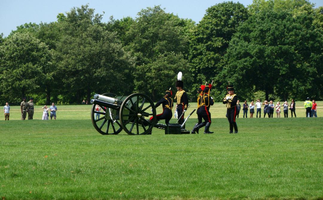 【写真】2018年6月11日、エディンバラ公の97歳の誕生日を祝う祝砲が41発ロンドン中心部にあるハイド・パークで撃たれた【13】王立騎馬砲兵・国王中隊の砲手が位置につく