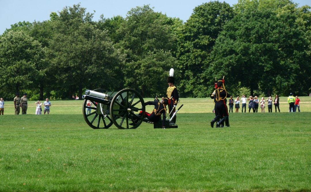 【写真】2018年6月11日、エディンバラ公の97歳の誕生日を祝う祝砲が41発ロンドン中心部にあるハイド・パークで撃たれた【14】王立騎馬砲兵・国王中隊の砲手が位置につく