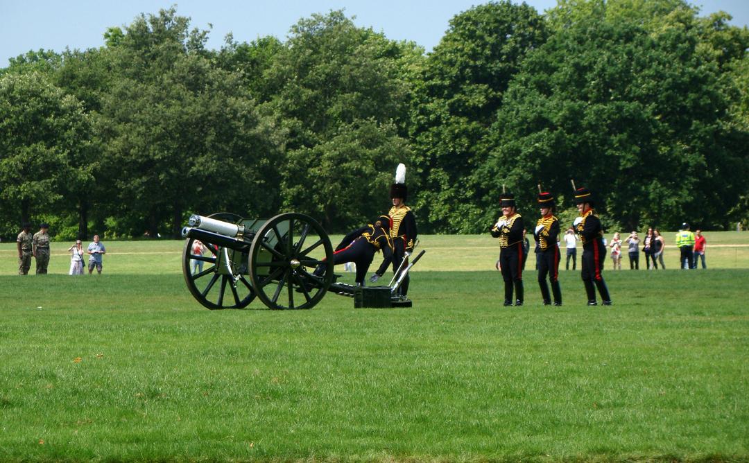 【写真】2018年6月11日、エディンバラ公の97歳の誕生日を祝う祝砲が41発ロンドン中心部にあるハイド・パークで撃たれた【16】王立騎馬砲兵・国王中隊の砲手が位置につく