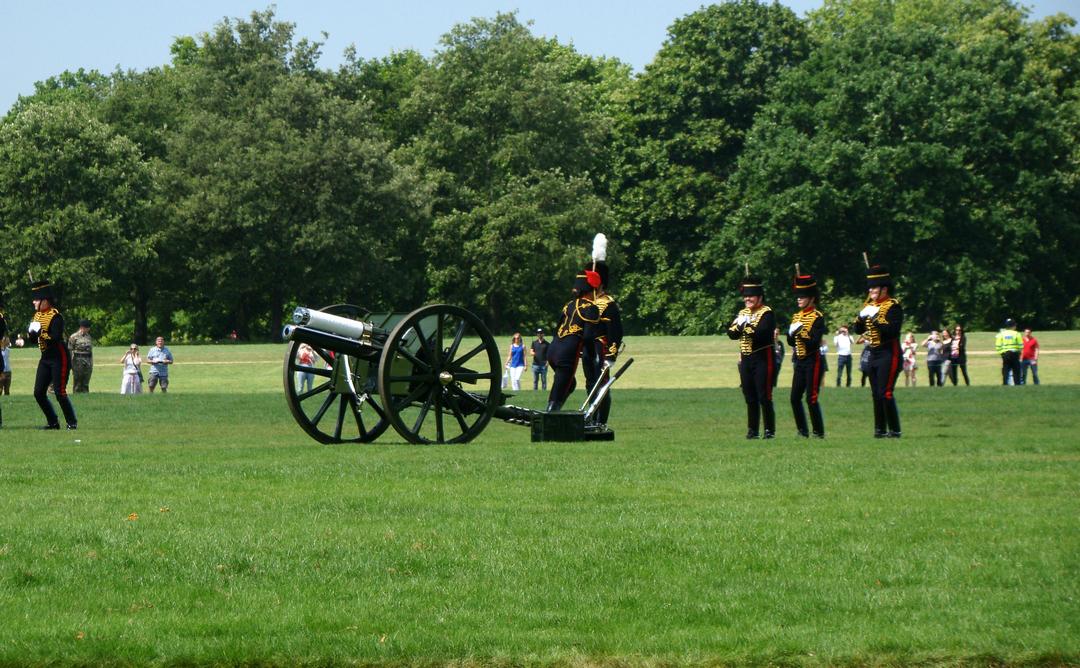 【写真】2018年6月11日、エディンバラ公の97歳の誕生日を祝う祝砲が41発ロンドン中心部にあるハイド・パークで撃たれた【17】王立騎馬砲兵・国王中隊の砲手が位置につく