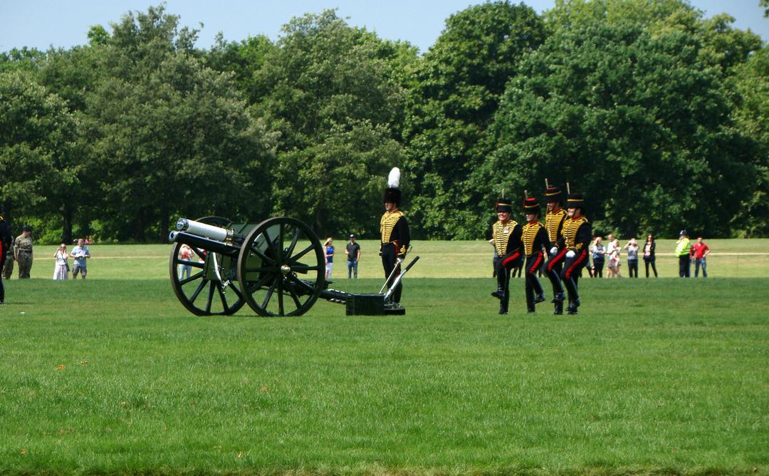 【写真】2018年6月11日、エディンバラ公の97歳の誕生日を祝う祝砲が41発ロンドン中心部にあるハイド・パークで撃たれた【20】王立騎馬砲兵・国王中隊の砲手が位置につく