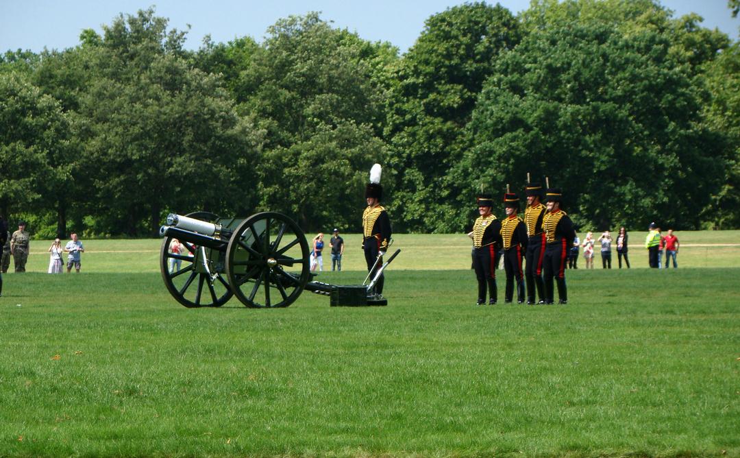 【写真】2018年6月11日、エディンバラ公の97歳の誕生日を祝う祝砲が41発ロンドン中心部にあるハイド・パークで撃たれた【21】王立騎馬砲兵・国王中隊の砲手が位置につく