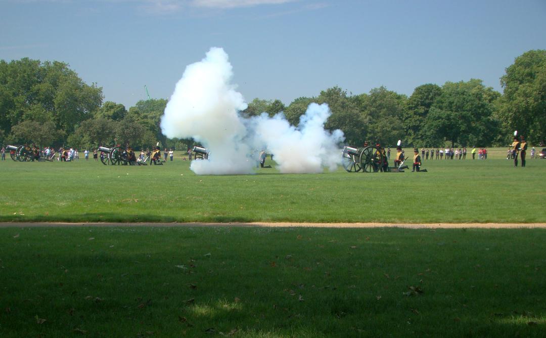 【写真】2018年6月11日、エディンバラ公の97歳の誕生日を祝う祝砲が41発ロンドン中心部にあるハイド・パークで撃たれた【34】大砲が発射され轟音とともに白煙が出る