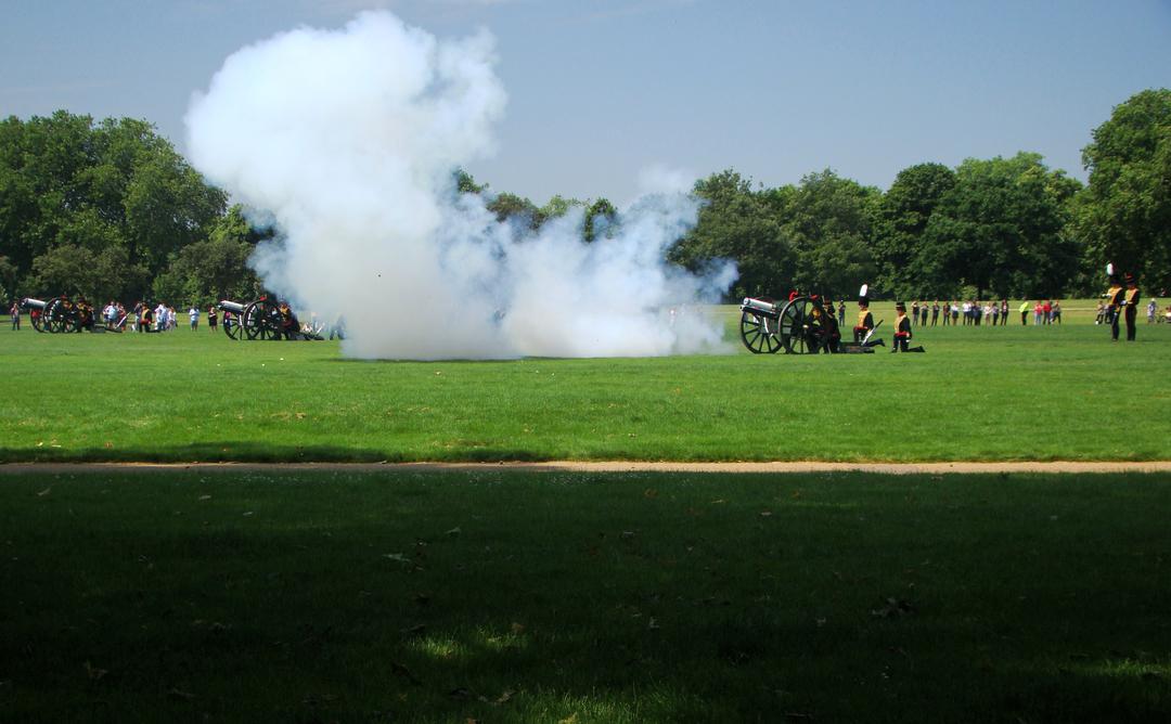 【写真】2018年6月11日、エディンバラ公の97歳の誕生日を祝う祝砲が41発ロンドン中心部にあるハイド・パークで撃たれた【35】大砲が発射され轟音とともに白煙が出る