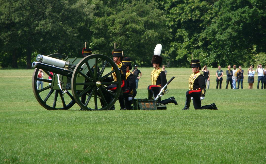 【写真】2018年6月11日、エディンバラ公の97歳の誕生日を祝う祝砲が41発ロンドン中心部にあるハイド・パークで撃たれた【37】砲手が発射命令を待つ