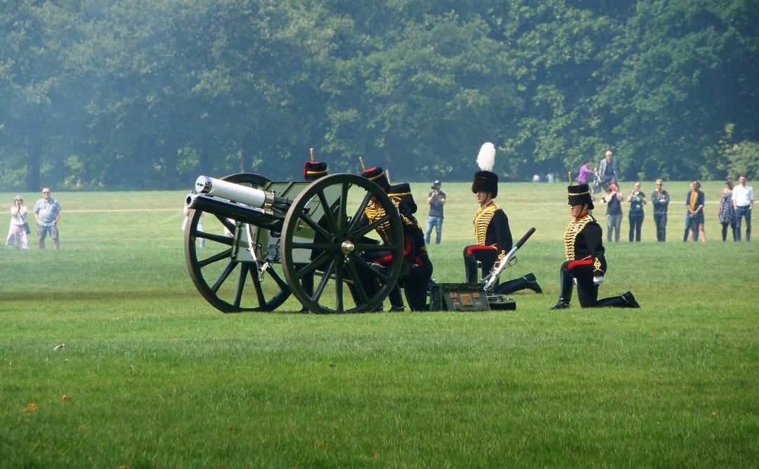【写真】2018年6月11日、エディンバラ公の97歳の誕生日を祝う祝砲が41発ロンドン中心部にあるハイド・パークで撃たれた【38】砲手が発射命令を待つ