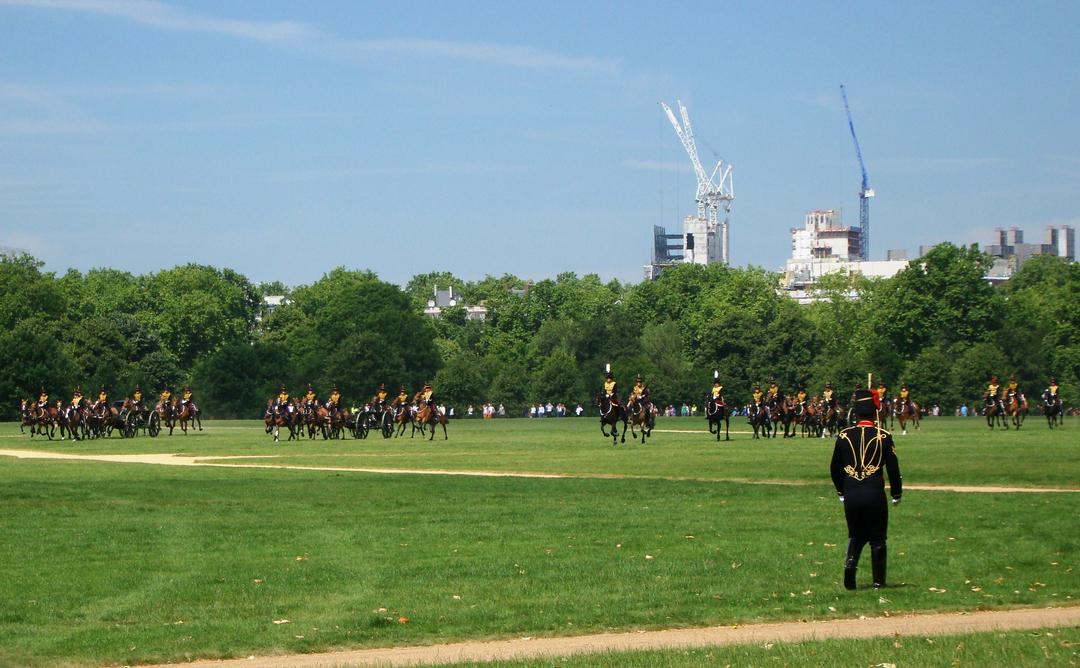 【写真】2018年6月11日、エディンバラ公の97歳の誕生日を祝う祝砲が41発ロンドン中心部にあるハイド・パークで撃たれた【4】王立騎馬砲兵・国王中隊の騎馬砲兵が近づいてくる