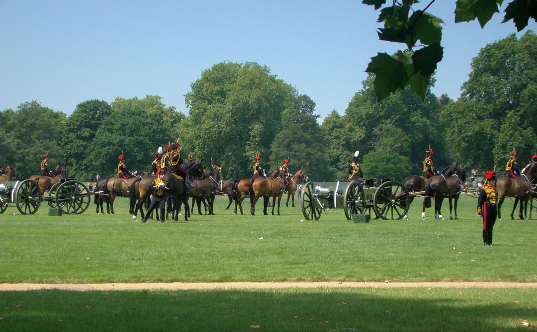 【写真】2018年6月11日、エディンバラ公の97歳の誕生日を祝う祝砲が41発ロンドン中心部にあるハイド・パークで撃たれた【47】馬が曳く砲車に大砲が括り付けられる