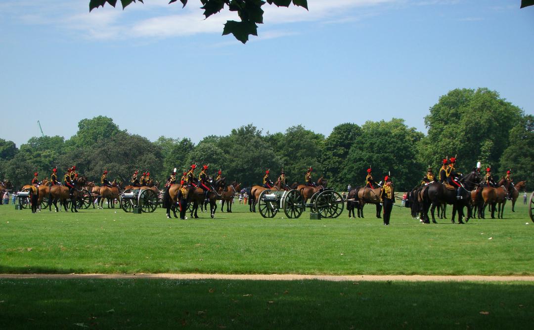 【写真】2018年6月11日、エディンバラ公の97歳の誕生日を祝う祝砲が41発ロンドン中心部にあるハイド・パークで撃たれた【48】馬が曳く砲車に大砲が括り付けられる