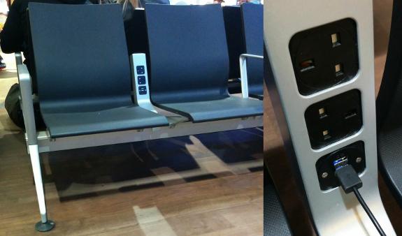 2018年10月31日にロンドン・ヒースロー空港第3ターミナル待合エリアで撮影した写真。座席の一部には電源が備えられていた。