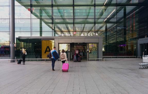 2018年10月31日に撮影したヴァージン・アトランティック航空とデルタ航空が利用するロンドン・ヒースロー空港第3ターミナル・ゾーンAの入り口の写真