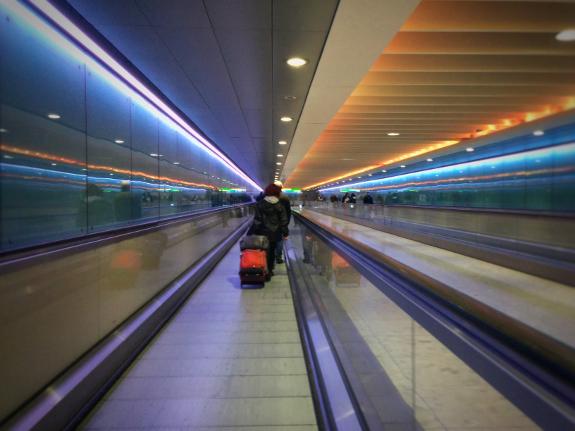 2018年10月31日に撮影したロンドン地下鉄ヒースロー空港第1・2・3ターミナル駅と第3ターミナルを結ぶ地下道にある動く歩道の写真