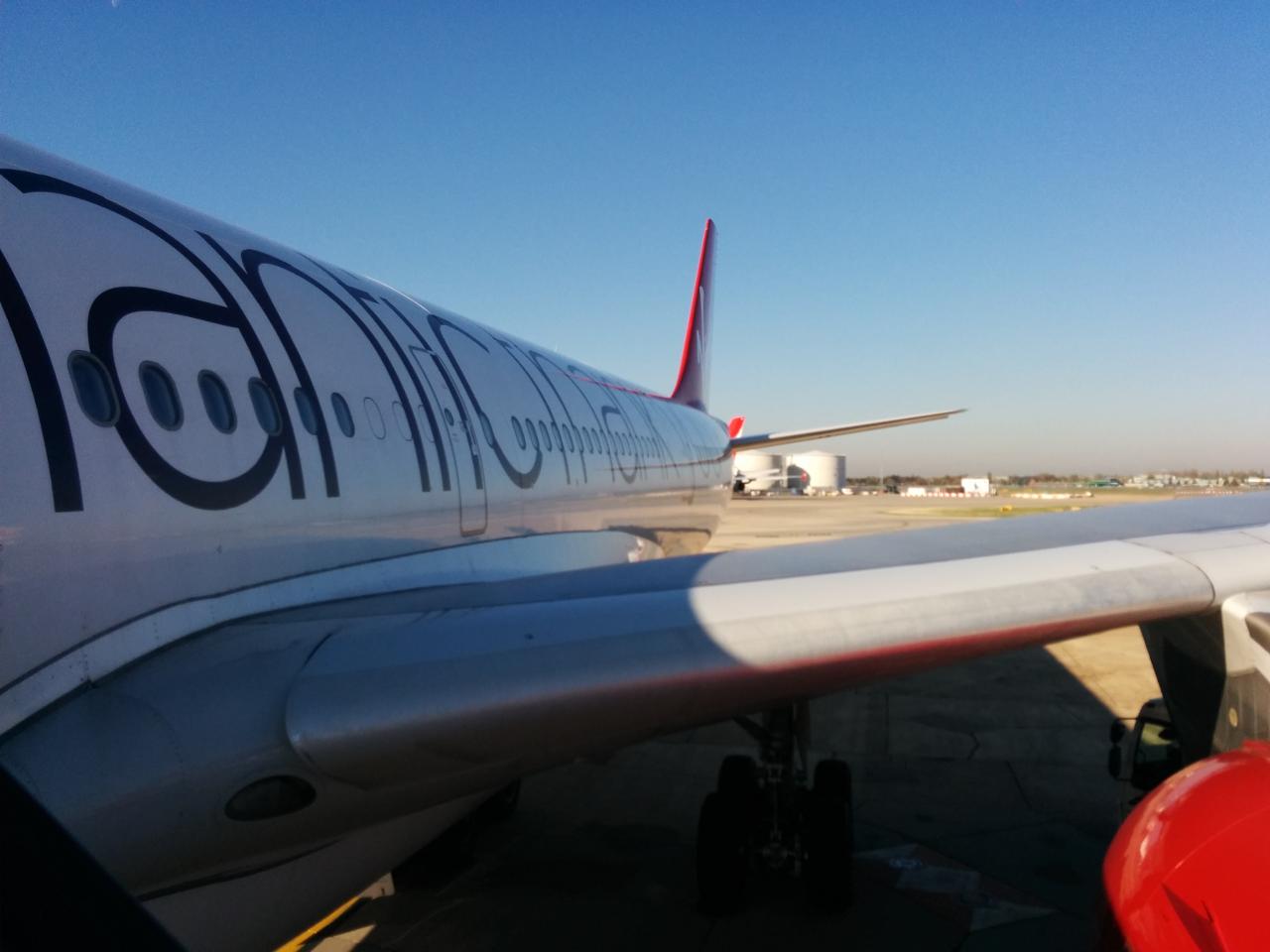 2018年10月31日、ロンドン・ヒースロー〜サンフランシスコのA340型機にはパッセンジャー・ステップを用いって搭乗した。