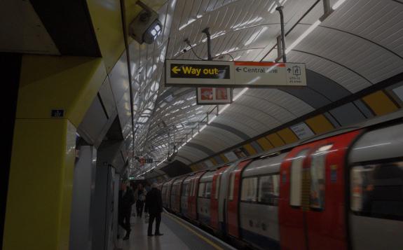 ロンドン地下鉄ボンド・ストリート (Bond Street) 駅のプラットホーム(2019年1月9日撮影)