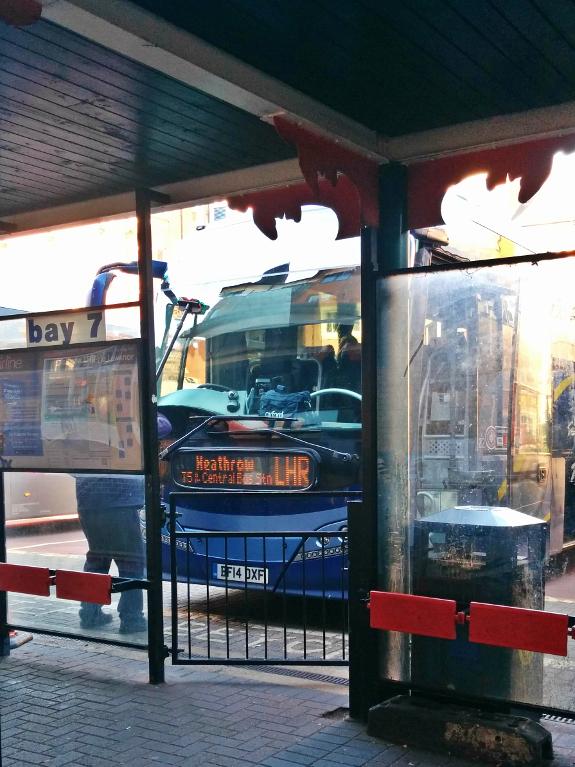2019年4月20日に撮影したオックスフォードとヒースロー空港を結ぶ高速バス