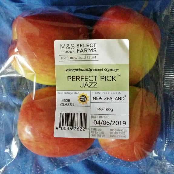 スーパーで買った4ケ70ペンスのニュージーランド産のリンゴ