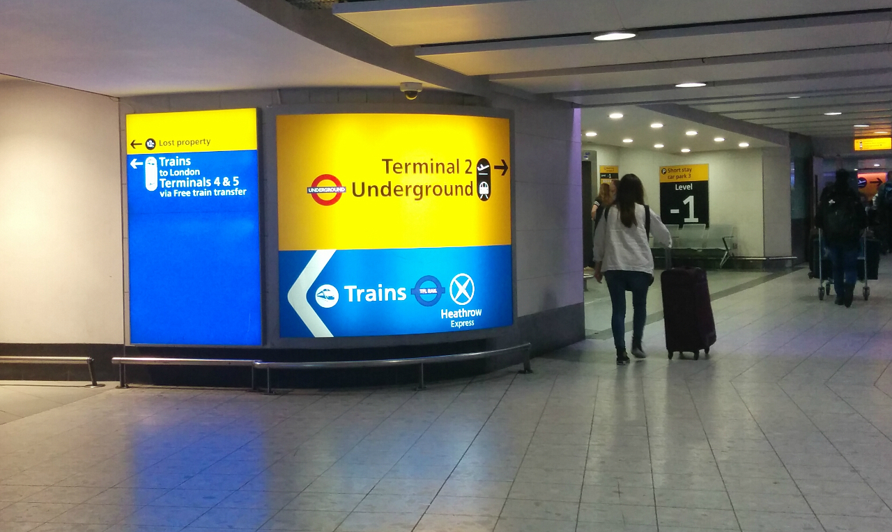 ロンドン・ヒースロー空港第3ターミナルから地下連絡通路で鉄道駅・地下鉄駅へ向かう