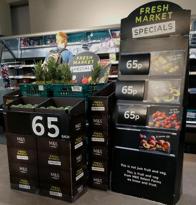 ロンドンにあるスーパー Marks & Spencer の65ペンス野菜・果物コーナー