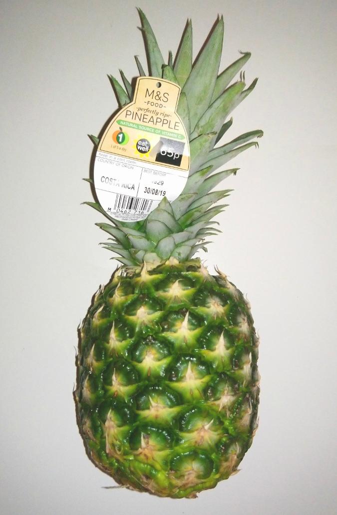 ロンドンにあるスーパー Marks & Spencer で買ったパイナップル。65ペンス・約84円
