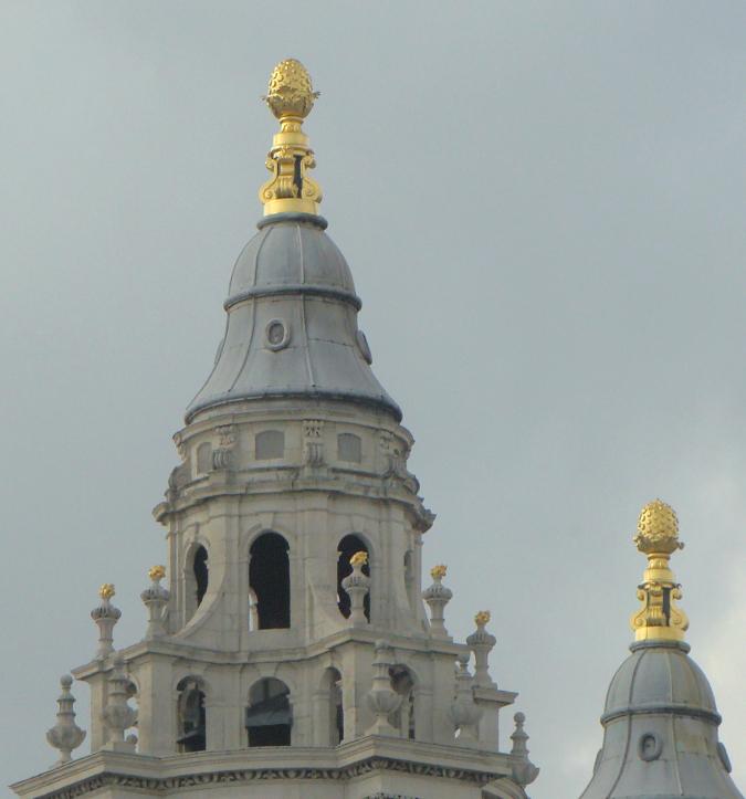 ロンドンのセント・ポール大聖堂。パイナップルが一番上にかたどられている。2013年7月4日撮影。