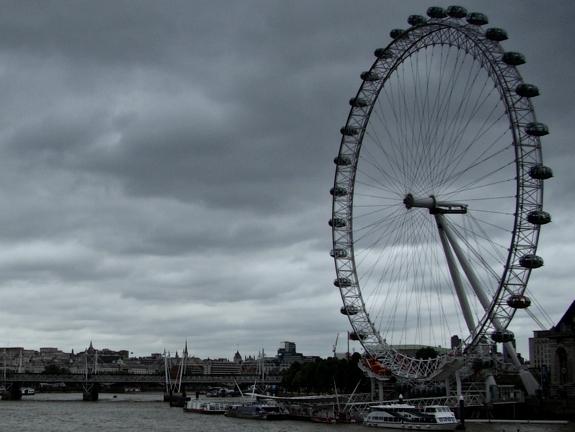 ロンドン・テムズ河南岸の巨大観覧車ロンドン・アイ