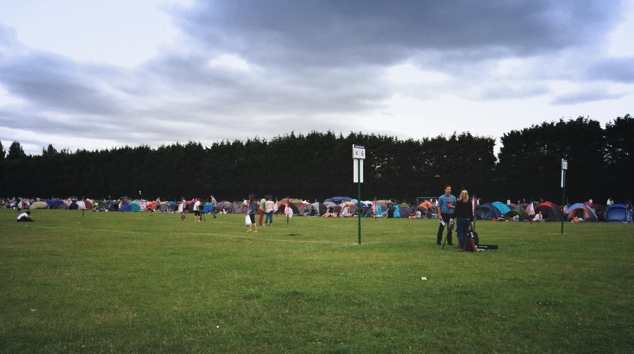 ウィンブルドン2015|メディアの取材班がテントを背景にカメラを回していた