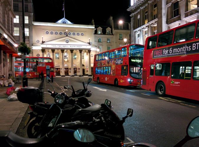 ロンドンの赤い2階建てバスの写真|スマートフォン Nexus 5 で撮影した写真