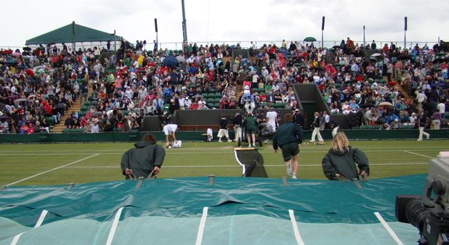 ウィンブルドン・テニス選手権2011年6月24日|雨が降り出すと、コートを覆うカバーをかける
