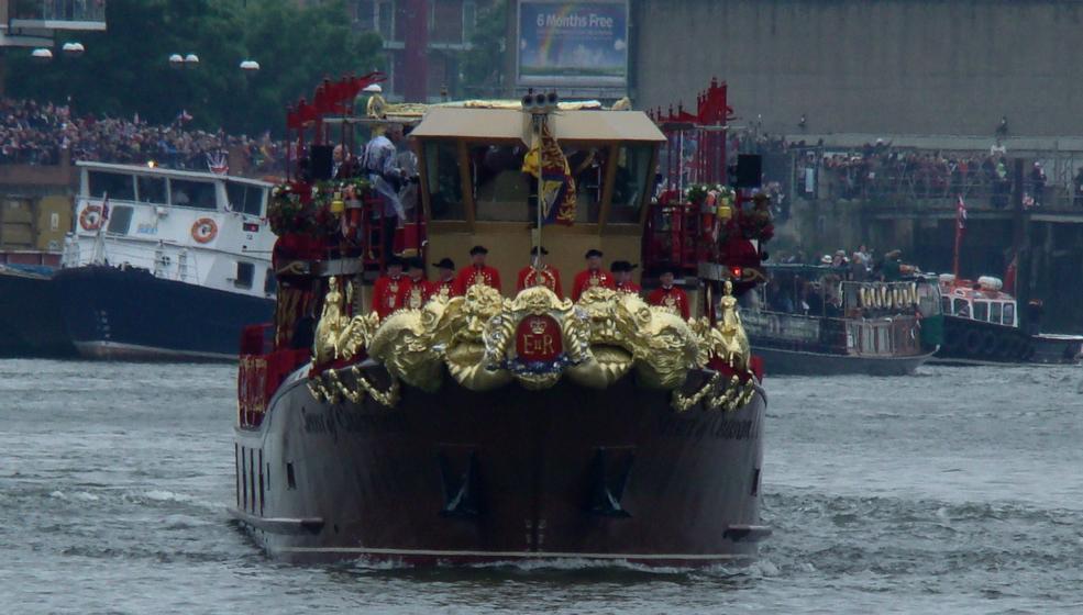 2012年6月3日、エリザベス2世の在位60年を記念する水上パレードが、テムズ河で行われた。女王やエディンバラ公を乗せた The Spirit of Chartwell の写真。