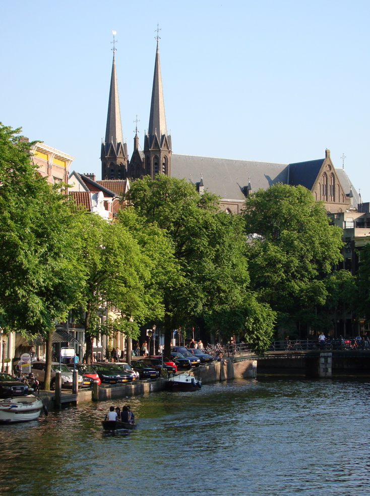 Photograph of De Krijtberg church, Amsterdam, with a canal in the foreground. (26 June 2010)