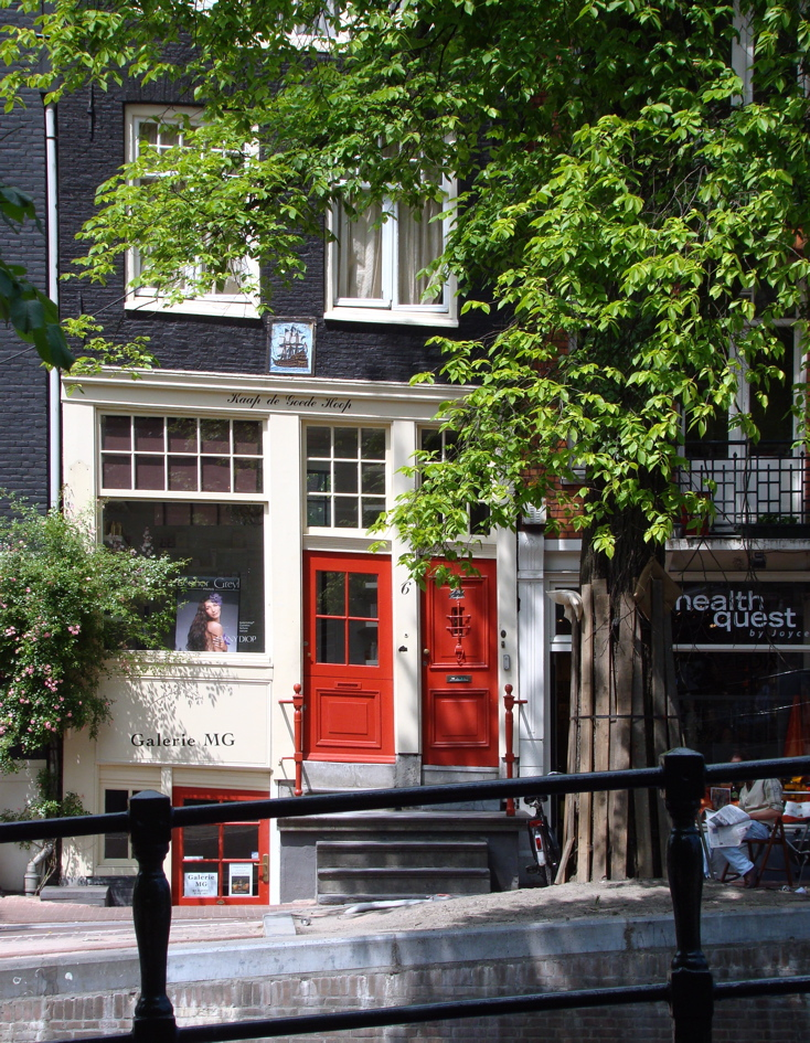 Photograph of a house with two red doors in Amsterdam. (26 June 2010)