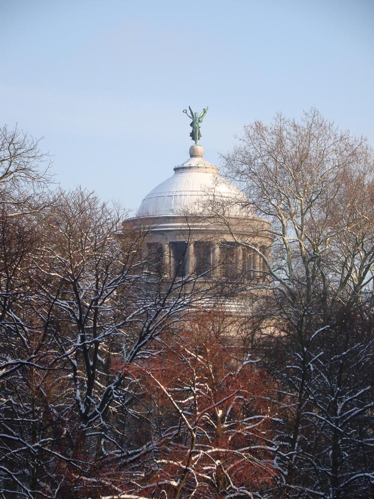写真|ブリュッセル|Musée du Cinquantenaire / Jubelparkmuseum|ブリュッセルの公園内にある博物館のドーム|雪が降った2009年12月18日