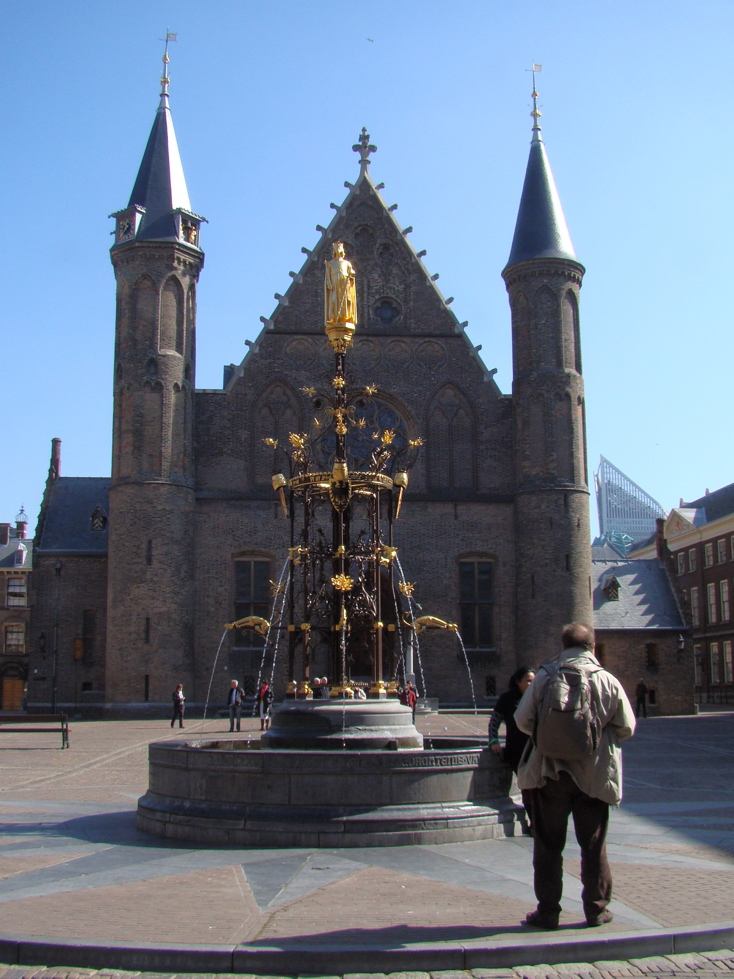 Photograph of the Ridderzaal and the fountain in the Binnenhof, The Hague. (17 April 2010)