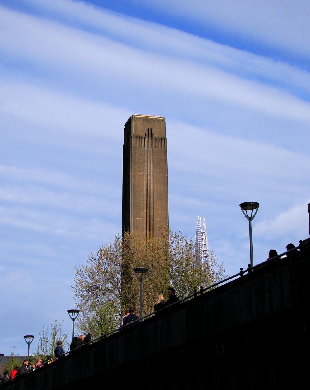 ロンドンのテムズ河畔にあるテート・モダン(近現代美術館)の写真1葉。2013年5月4日撮影。