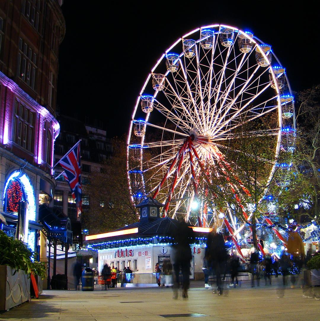 観覧車が設置されたロンドンのレスター・スクエアの夜景写真1葉。2013年12月4日撮影。