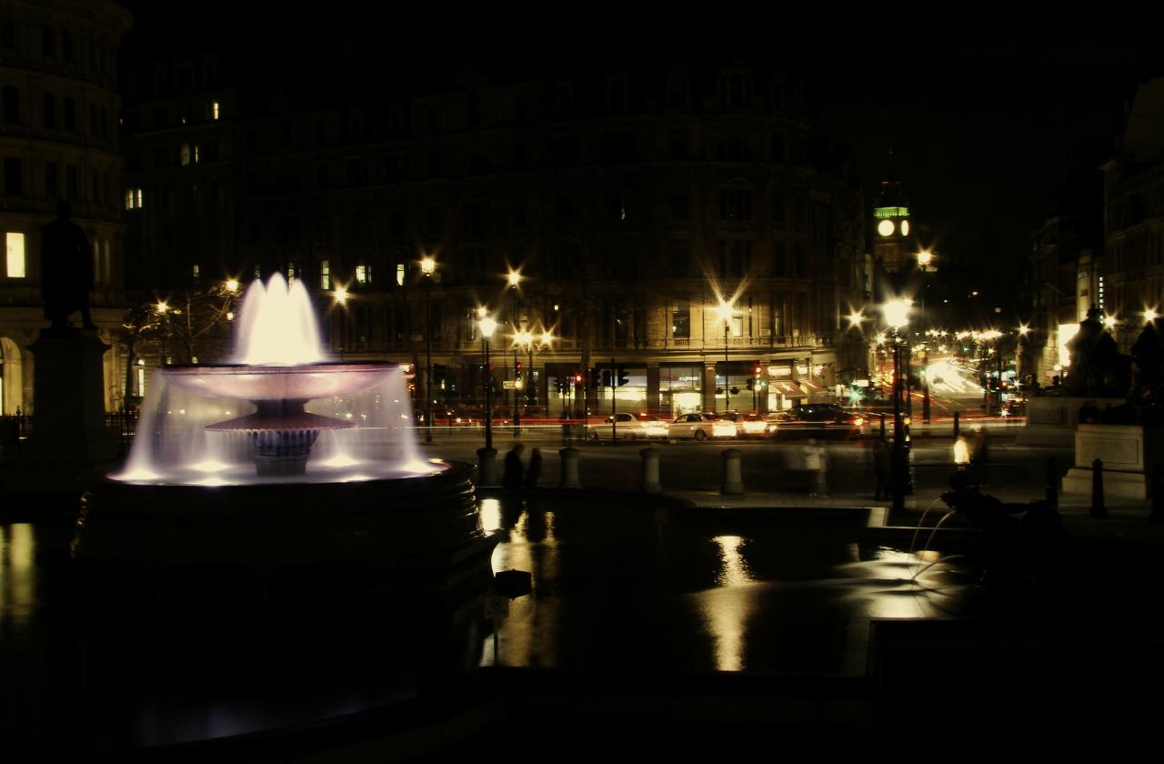 ロンドンのトラファルガー広場の夜景写真1葉。2014年1月18日撮影。