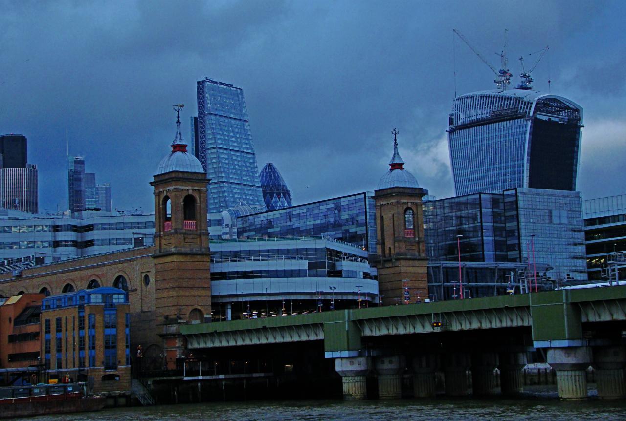 テムズ河南岸から見たロンドンのザ・シティの写真1葉。2014年1月22日撮影。