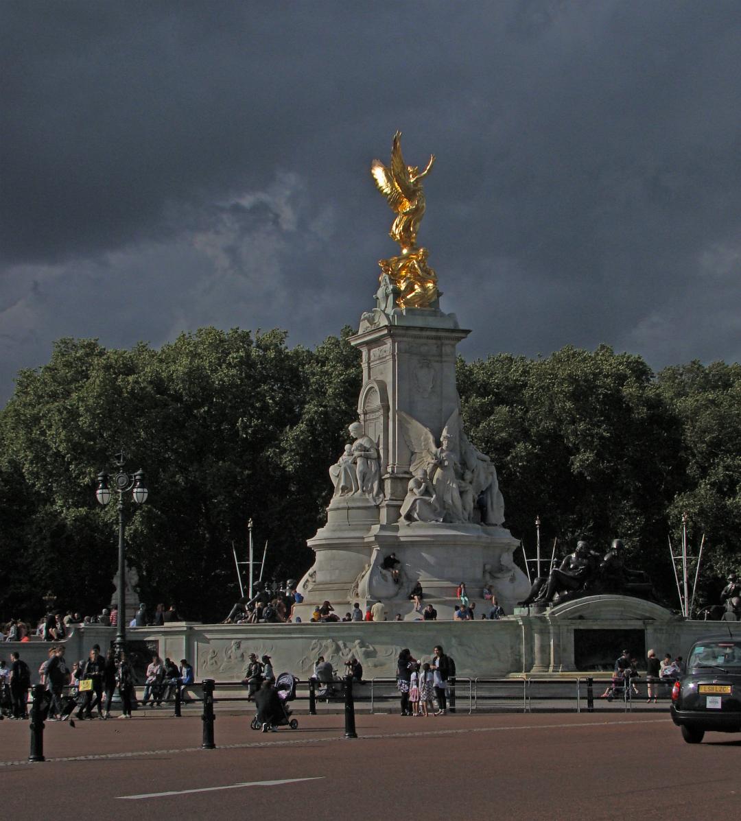ロンドンのバッキンガム宮殿の前に立つヴィクトリア女王記念碑の写真1葉。2014年8月12日撮影。