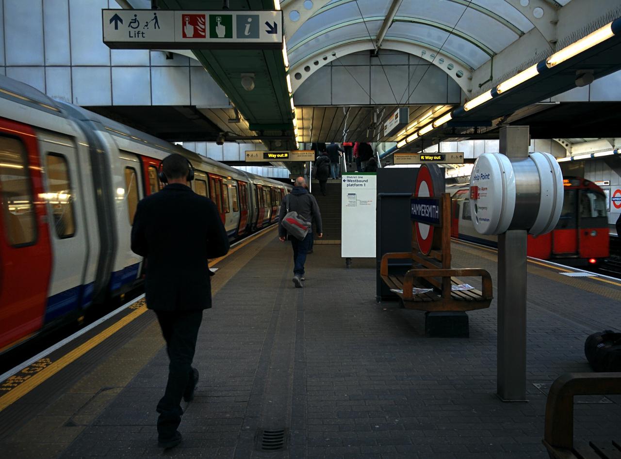 ロンドン地下鉄ハマースミス駅ディストリクト・ピカデリー線プラットホームの写真。2016年2月16日撮影。