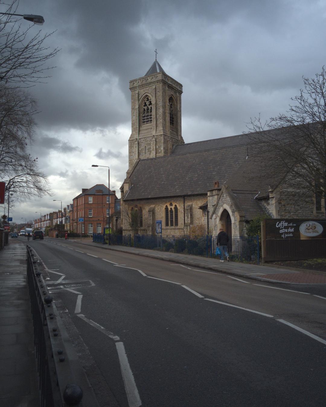 ロンドン地下鉄トゥーティング・ベック駅近くのアッパー・トゥーティング聖三一(ホーリー・トリニティー)教会の写真。2016年3月9日撮影。