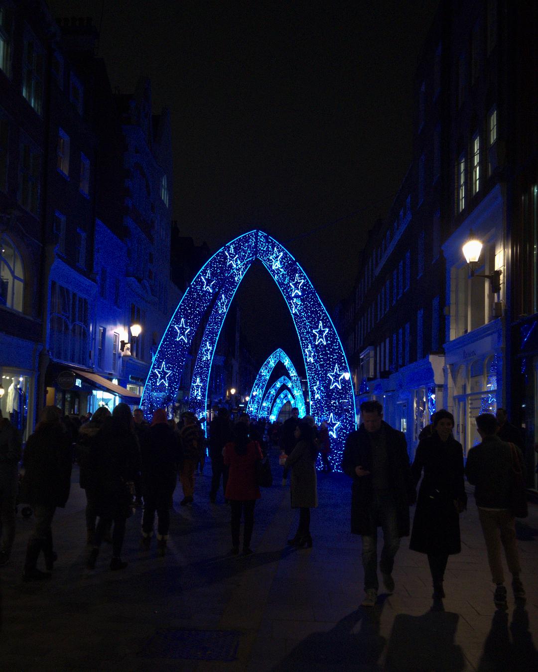 ロンドンのサウス・モルトン・ストリートの夜景写真。2017年12月23日撮影。