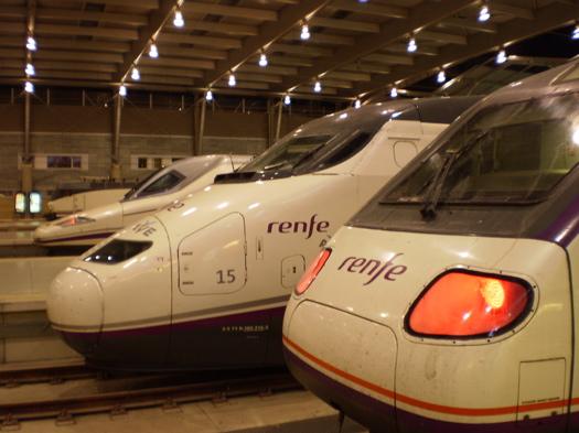 マラガ駅のプラットホームに並ぶ AVE や AVANT の車両の写真