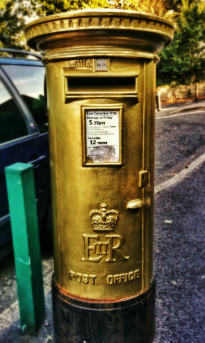画像素材:縦長バナー:660✕1100(3:5) ロンドン|50|ウィンブルドン・テニス会場近くにある金色塗装の郵便ポスト
