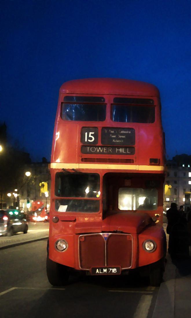 画像素材:縦長バナー:660✕1100(3:5) ロンドン|61|トラファルガー広場近くに停留する旧式2階建てバス
