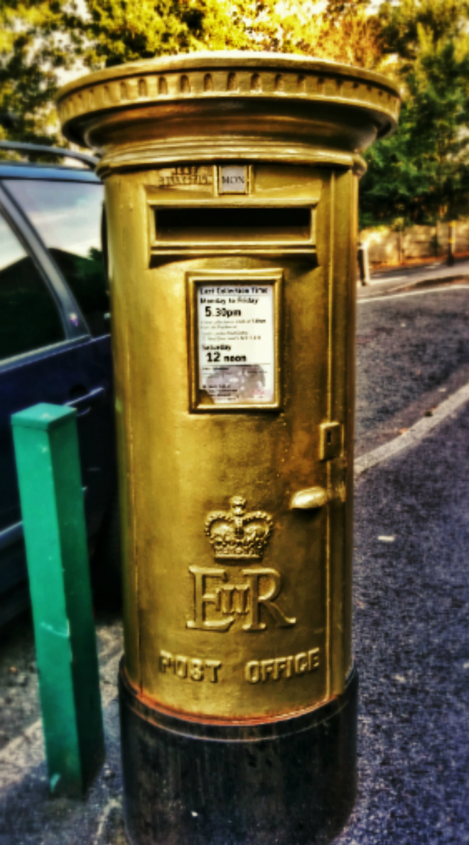 画像素材:縦長バナー:660✕1188(5:9) ロンドン|50|ウィンブルドン・テニス会場近くにある金色塗装の郵便ポスト