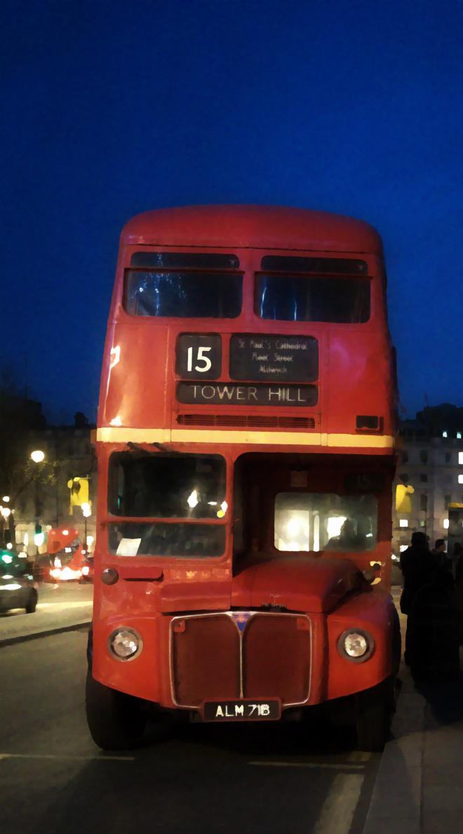 画像素材:縦長バナー:660✕1188(5:9) ロンドン|61|トラファルガー広場近くに停留する旧式2階建てバス
